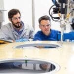 Sealing Dosierversuche im ViscoTec Technikum - Flugzeugfenster