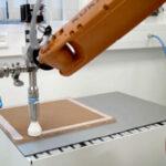 ViscoTec Dispenser bei der vollautomatisierten Befüllung einer Wabenstruktur, die z.B. in Flugzeugkabinen verbaut wird.