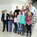 Schülerinnen mit Geschäftsführer Martin Stadler und ViscoTec-Mitarbeitern