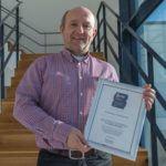 ViscoTec-Geschäftsführer Georg Senftl mit der Urkunde für die Auszeichnung als Top-Arbeitgeber des Mittelstands.