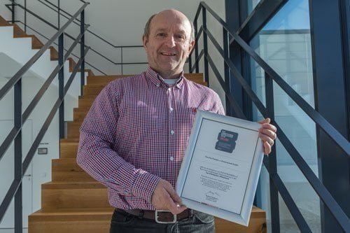 ViscoTec Managing Director Georg Senftl with the certificate for the award as Top Employers of Medium-sized Businesses.