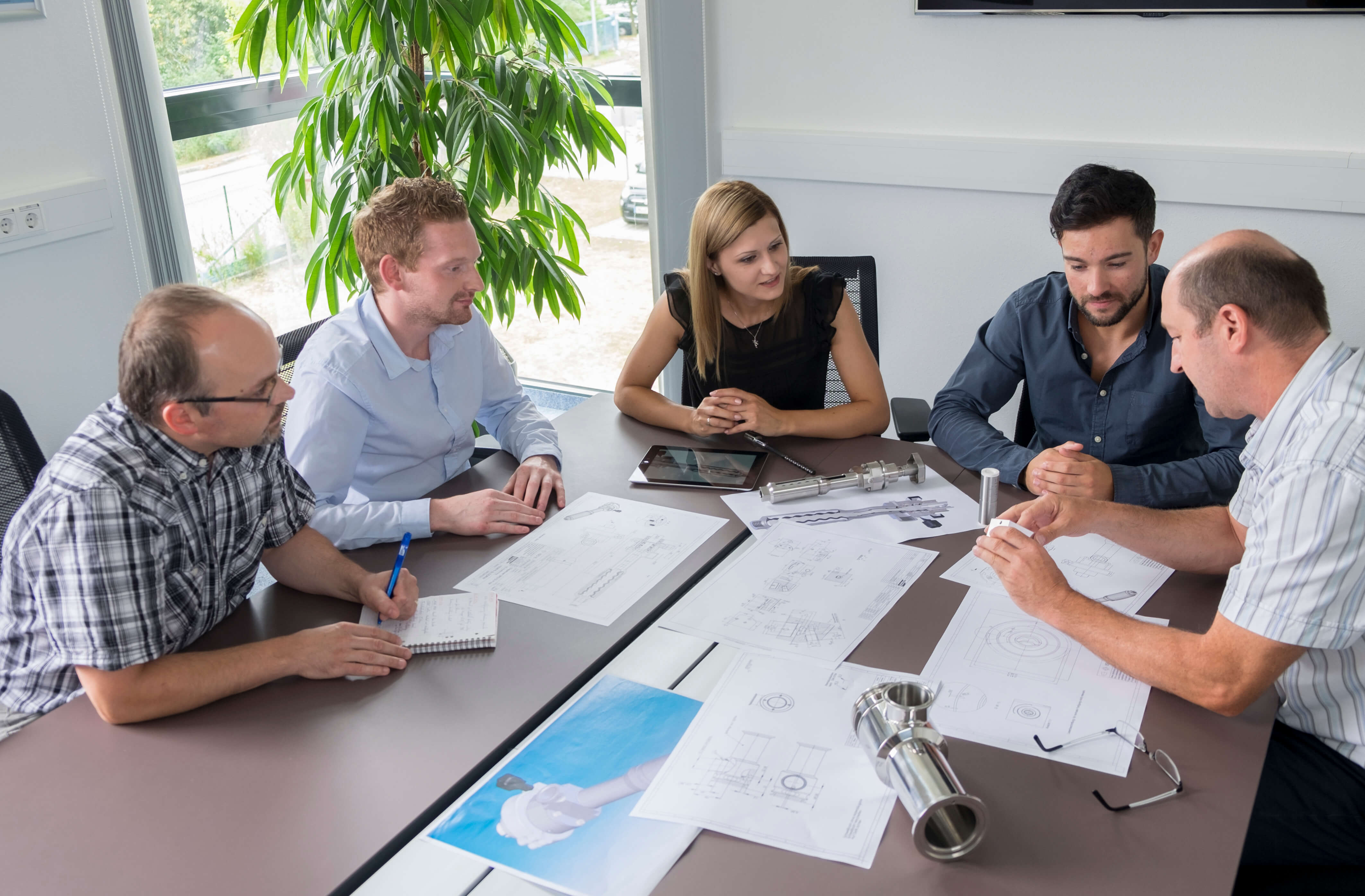 Offene Gesprächsrunden prägen ein innovatives und kreatives Miteinander im Team.