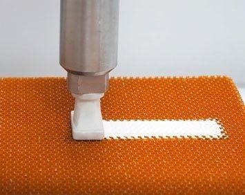 Automatisiertes Honeycomb Potting mit 1K Material von Von Roll