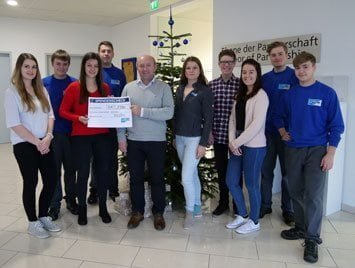 Managing Director Georg Senftl and the trainees of ViscoTec donate 2500 Euro to Sternstunden e.V.