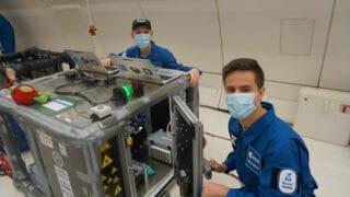 Travail sur l'imprimante pendant le vol (Source : ESA)