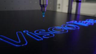 Dosierung von 1K-Acrylatklebstoff von DELO mit ViscoTec Dispenser