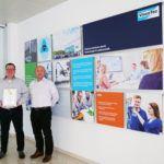 Die beiden Geschäftsführer Martin Stadler und Georg Senftl mit der Urkunde der Wachstums-Champions 2019.