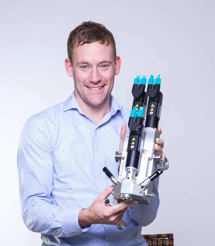 Franz Kamhuber, Business Development Manager Aerospace bei ViscoTec, mit der Neuentwicklung vipro-DUOMIX
