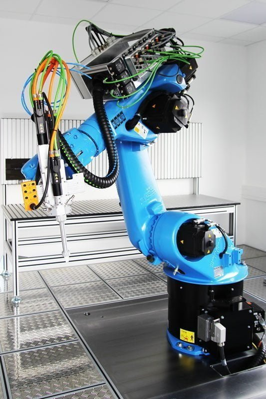 Der KUKA-Roboter KR 30 steht ab sofort im ViscoTec Technikum für Dosierversuche zur Verfügung – hier mit einem vipro-DUOMIX 2K Dispenser von ViscoTec für Luft- und Raumfahrtanwendungen.