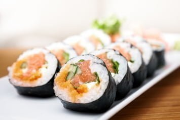 In the automated production of sushi, a pulsation-free, continuous product flow is required