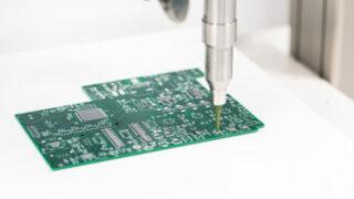 Gestion thermique des circuits imprimés : les matériaux extrêmement abrasifs et très visqueux doivent être dosés avec une grande précision.