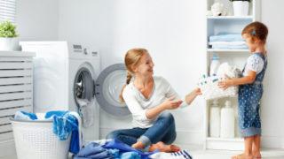 Waschmaschine, Mutter mit Kind